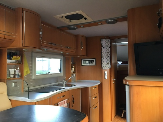 Küchenblock mit hochgestelltem Kühlschrank